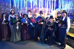 carolers-at-aquarium
